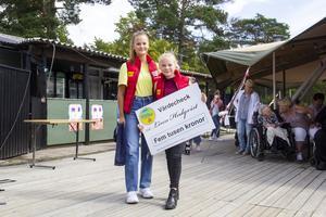 Förra årets vinnare Tilde Södergren delade ut stipendiet till Linn Hedqvist.