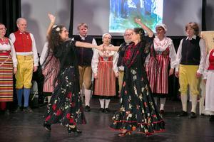 Flamenco och folkdans blandas i en dansshow med Leksands folkdanslag och flamencodansarna Eliza Carlsson och  Karin Jalvén.