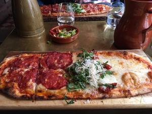 Smaskig pizza i tre delar. Foto: Lunchkollen