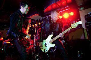 Fullt ös på scenen med populära Borlängebandet Sator. September 2012.