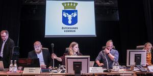 Presidiet i kommunfullmäktige i Östersund. Stefan Fax (S), andra vice ordförande, Andreas Köhler (M), förste vice ordförande, Hanna Wagenius (C), ordförande , Daniel Nordman Krell, kommunsekreterare och Sofie Pedersen kommunsekreterare.