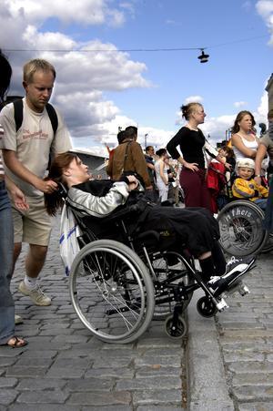 Bild från 2004. Funktionshindrade personer och deras assistenter demonstrerar för bättre tillgänglighet. Foto: TT