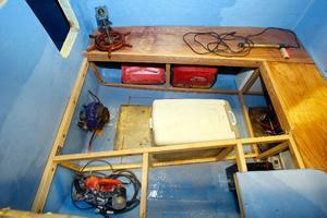 Hugo har börjat med inredningen och här syns elmotorn, ett elverk och kylskåpet, som kommer att sitta på ett annat ställe när båten blir klar.