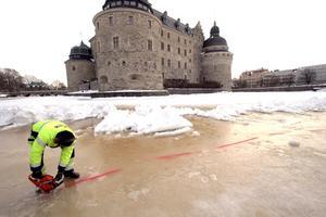 På gång. Arbetet med att göra ett soldäck har satt igång och beräknas vara klart i slutet av mars. På bilden syns Stefan Söderling när han jobbar med att skära hål i den 40 centimeter tjocka isen.