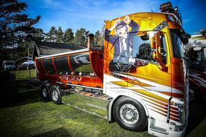 AC/DC´s gitarrist Angus Young pryder denna lastbil som