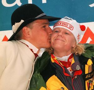 IFK Mora Idrottsallians nya chef Karin Ersson (tidigare Karin Öhman) när hon vann Tjejvasan 1997 och fick en puss av kransmasen Jonas Buud.
