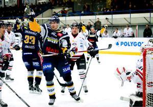 Dan Pettersson jublar efter att Pontus Dünesius, snett bakom, gjort 1–1 mot Nyköping. Trots årets bästa insats fick dock inte Borlänge med sig några poäng från matchen.
