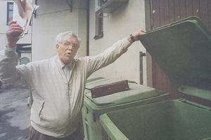 Lars-Olof Hallen vägrar betala avloppsräkningen och slänger den i soporna.