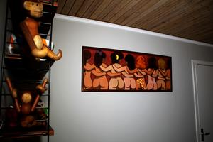Konst av Lars Norrman hänger på väggen.