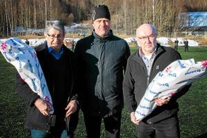 Värmecupens eldsjälar uppmärksammades mellan finalerna 2017. Till vänster Jürgen Holoch, i mitten Sidsjö-Böles ordförande Richard Brännström och till höger Assar Hörnell.