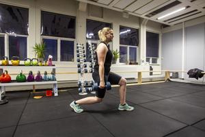 Utfallssteg tränar både ben och rumpal. Det går att göra både med och utan vikter.