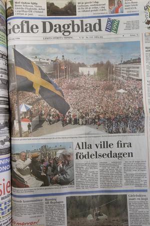 Gefle Dagblads förstasida dagen efter födelsedagskalaset. Tusentals Gävlebor samlades på Rådhustorget för att bland annat höra kungen tala.