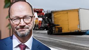 Tomas Eneroth (S) Infrastruktirminister och en lastbilsolycka i halt väglag. Bilden är ett montage.Foto: Adam Wrafter/ TT & Johan Nilsson /TT