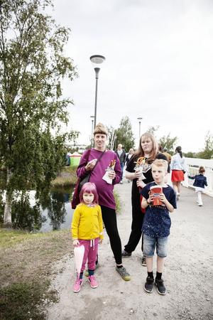 Marika Nordgren och Elin Stenberg åt churros med nutella och kanel. För Loka Nordgren blev det sockervadd, medan Kaj Nordgren var mest inriktad på tivolit på Mellanholmen.