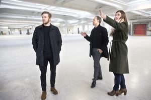 Stefan Edberg, operativ chef, Mikael Arnåsen, vd,  och Charlotte Askenbom, projektledare, ser sig om i de drygt 7000 kvadratmeter stora lokalerna.