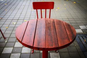 Nola tycker att kommunen själv kan bättra på de missfärgade möblerna.