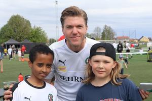 – Barnen uppskattar verkligen att vi kommer hit, säger ÖSK-stjärnan Martin Broberg som var hårt uppvaktad av morgondagens stjärnor.