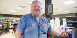 """""""Jag hjälper gärna till här i butiken och bär och fyller på varor. Filminspelningen har varit med mig på jobbet under flera tillfällen"""