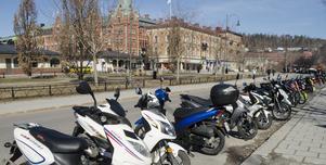 Det börjar bli fullt på moppe- och mc-parkeringen på Esplanaden i Sundsvall.