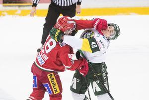 Modo Hockeys Lukas Wernblom i en av många dueller mot Björklöven, här mot Simon Backman.