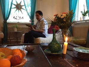 Av ren tillfällighet ställde Rostam Mirlashari upp och sjöng i skolan. Han ställde sedan upp som sångare under FN-dagen. Sedan dess har levebrödet varit sång och musik.