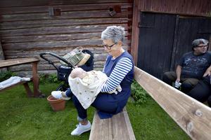 Mormor Helen Löfstedt med barnbarnet Harriet Löfstedt Westlund.