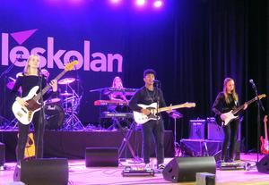 Eleverna på musikestetiska programmet spelade bland annat låten Superstition av Stevie Wonder. För sången stod Kisoe, Lydia och Nelly spelade gitarr och bas.