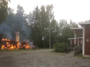 På fredagsmorgonen hade villan belägen tio meter från behandlingshemmet brunnit ner till grunden. Foto: Räddningstjänsten