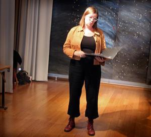 Madelene Edlund läser sina dikter.