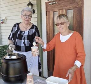 Inger Andersson och Ingela Ahlqvist hade kokat den goda soppan.