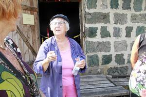 Beth Söderkvist tycker att jobbet som guide är roligt. Hon lär sig hela tiden nya saker om Oljeön.