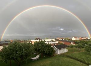 Otroligt vacker regnbåge idag, söndagen den 5 juli. Bild tagen från Bymarken. Bild: Viann Ali