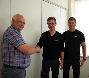 Här skakar Lars Nordin hand med bröderna innan han lämnar över nycklarna till lagerställena