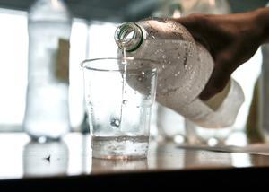 """""""Kolla i stora butiken nästa gång du är där så ser du vilka stora lager man har av dryck i flaskor och hur vi köper och kånkar och bär"""". Foto: Anders Wiklund/TT"""