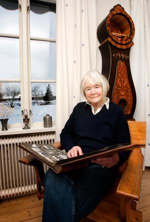 Mona Pers föddes på Öland och har skrivit boken