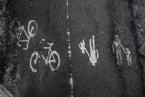 """När gående och cyklisterna ska samsas, kan det uppstå delade meningar om vem som ska vara var. """"Medtrafikant"""" klargör vad som gäller."""