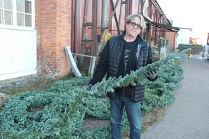 Peter Fredriksson står med girlangerna som under torsdagen var färdiga. Då hade han hunnit göra runt 200 meter.