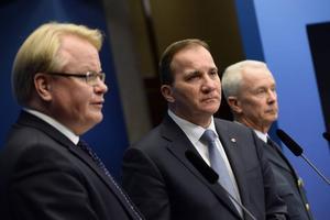 STOCKHOLM 20141114   Försvarsminister Peter Hultqvist, statsminister Stefan Löfven och ÖB Sverker Göranson meddelade vid en presskonferens att Försvarsmakten är säkra på att svenska vatten kränkts av minst en ubåt.