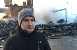 Selahatttin Özen hoppas att i höst kunna öppna tillfällig pizzeria i kioskbyggnaden. Byggandet av ett hus på den brandhärjade tomten startar troligen efter sommaren.