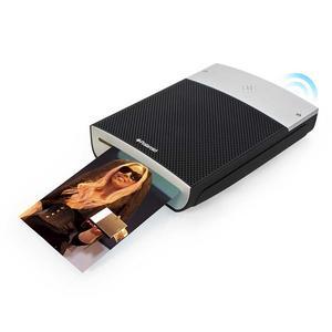 En modern PolaroidFör några decennier sedan ville alla ha en Polaroid-kamera. Nu finns en modern variant för dig som vill ha foton på direkten. Med den minimala fotoskrivaren Polaroid GL10 och mobiltelefonens inbyggda kamera fixar du snabba pappersbilder.Överföringen sker trådlöst, och har du en Android-smartphone finns en speciell app som fixar det. Själva skrivaren, som drivs av batteri, är bara 3 centimeter hög - och bilderna blir 8x10 centimeter i storlek.Cirkapris: 120 pund (1 200 kronor)Läs mer: www.firebox.com