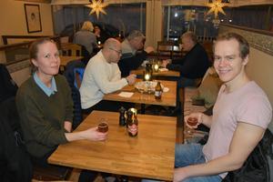 Charlotte Österholm och Per Lundström med varsitt glas Nolaskogs.