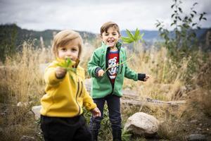 Ewan 2,5 år och Adar, snart 5 år, får än så länge bara leka på gården utanför huset som mamma och pappa bygger.