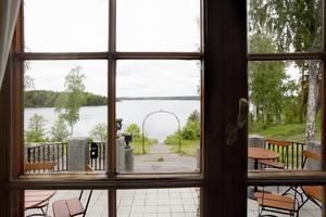 Utsikten från Bommersviks gamla huvudbyggnad över södra Yngern är slående.