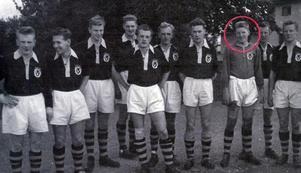Vansbro AIK-legendaren Tore Svensson, inringad i rött, på ett lagfoto från 1955 till höger. Svensson var Vaiks yngste A-lagsmålvakt före Leon Nael. Foto: Privat