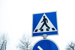 Blinkande skyltar är något som kommunen borde funderar över, tycker skribenten.