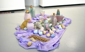 Emma Nygård Stare  har skulpterat skönhetsprodukter i keramik och gips.