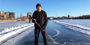 För ett år sedan såg det ut så här på Västeråsfjärden. Nils-Erik Hjelmer provåker den plogade skridskobanan. Den här vintern blir det dock ingen bana.