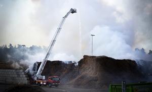 Branden i Söderenergis flislager i Mörby har krävt ett omfattande släckningsarbete. Foto: Stefan Lindström