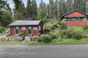 Förutom huset finns även en redskapsbod och en gäststuga på tomten. Foto: Svensk Fastighetsförmedling Kungsör