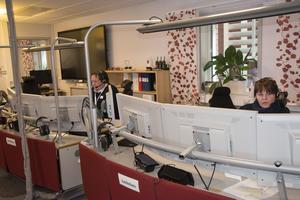 Timea Bergström arbetar som ambulansdirigent och Mats Lundgrens titel är räddningsåtgörare. De sköter larmen till ambulanser och räddningstjänst i nära samarbete med varandra och med SOS-operatören.